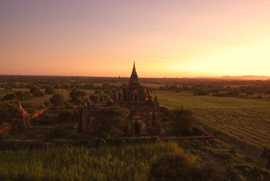 Bagan- starożytne miasto i księstwo w Mjanmie (Birmie) słynące z wielkiej liczby buddyjskich pagód , świątyń , klasztorów