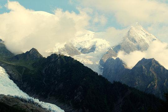Mont Blanc – najwyższy szczyt Alp położony w Masywie Mont Blanc, w Alpach Graickich, w Alpach Zachodnich.