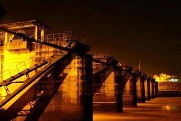 Fotomurales - Bridge Over River Against Sky At Night