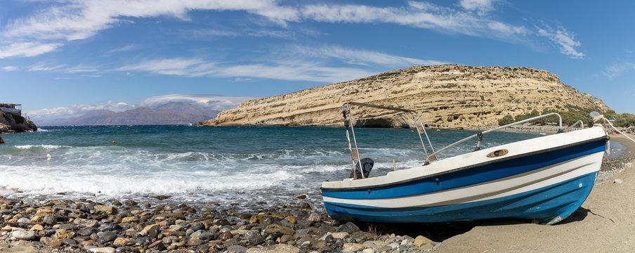 Fischerboot vor den Höhlen von Matala, Kreta