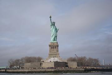 Papiers peints Commemoratif Statue Of Liberty Against Cloudy Sky