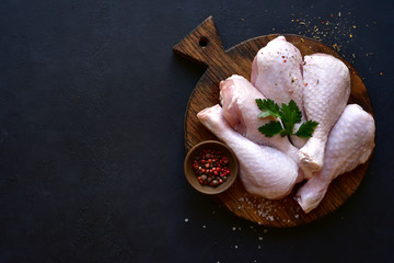 Foto op Plexiglas Kip Raw chicken legs with spices. Top view with copy space.