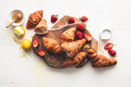 Ingrédients pour des Croissants Pain Perdu aux Fraises pour le Petit Déjeuner