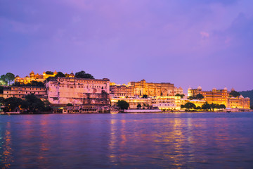 Fotomurales - View of famous romantic luxury Rajasthan indian tourist landmark - Udaipur City Palace in the evening twilight with dramatic sky - panoramic view. Udaipur, India