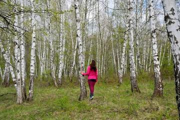 Photo sur cadre textile Bosquet de bouleaux The girl in the birch grove