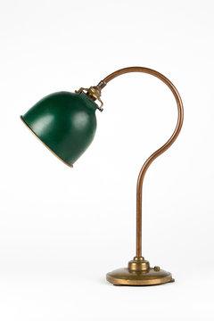 Ancienne lampe de bureau brocante 1900 cuivre verte foncée détourée sur fond blanc