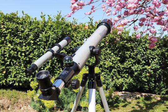 Télescope gris et noir avec lunette de visée