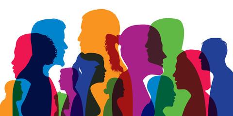 Concept d'une population cosmopolite avec différentes silhouettes de têtes d'hommes et de femmes en couleurs et vues de profil.