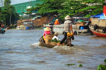 Obraz ludzie na łodzi transportujący owoce na rzece Mekong - Wietnam - fototapety do salonu