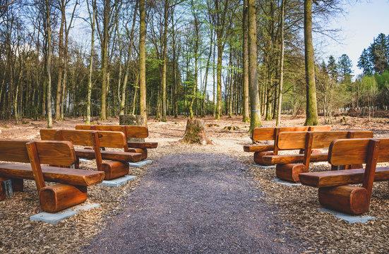 Waldbestattung Andachtsplatz mit Bänken im Friedwald – Natural Burial Player Place