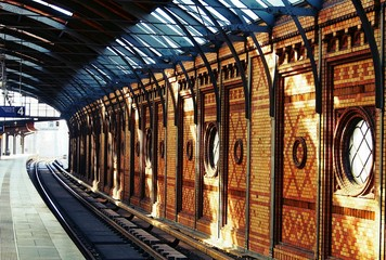 Foto auf Leinwand Bahnhof Railroad Track In Station
