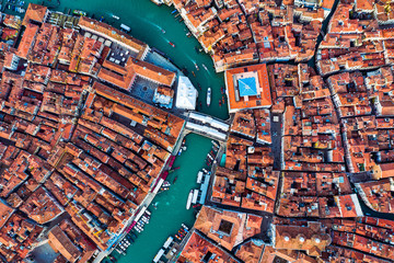 Aerial overhead view of city with Rialto bridge, Venice, Italy Fotobehang