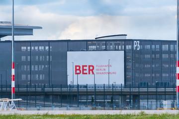 Deutschland , Berlin , 13.08.2017 , Teilansicht des Flughafen Berlin - Brandenburg , BER , bei flimmernder Hitze
