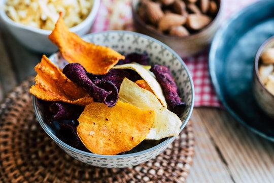 Chips de légumes betteraves panais carottes pour l'apéritif
