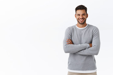 Happiness, people and men health concept. Attractive smiling caucasian guy with beard, wear grey sweater, cross arms chest in casual pose, laughing and gazing camera enthusiastic, chatting Papier Peint