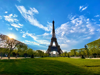 Scenic view of the Eiffel tower with bright blue sky in Paris, France Fototapete