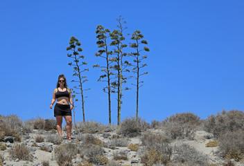 Papier Peint - mujer joven haciendo senderismo  en almería desierto 4M0A6113-as20