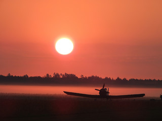 Photo sur cadre textile Corail Samolot we wschodzie słońca