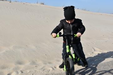 dziecko, plaża, wiosna, jesień, zabawa, rower,  biegowy, równowaga, zabawa, samotność...