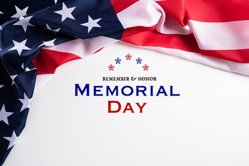 Happy Memorial Day. American flags with the text REMEMBER & HONOR against a white background. May 25. Fotomurales