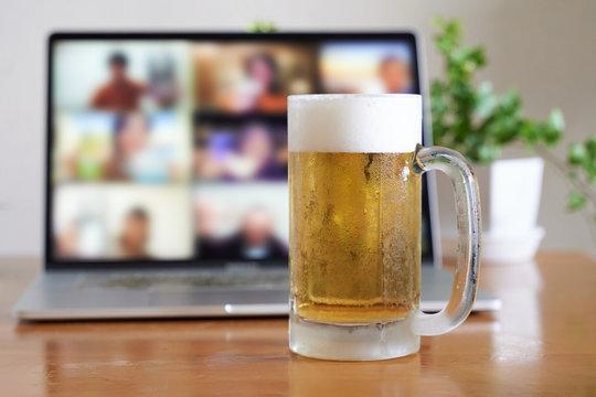 パソコンを使ったオンラインで飲み会をするイメージ