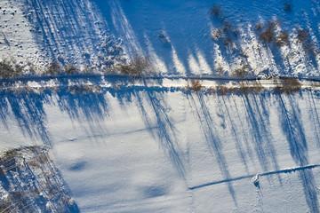 Droga przecinająca ośnieżone pole