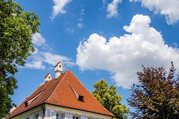 Wall Mural - Rotes Walmdach des historischen Pfarrhauses in Rettenbach-Remshart bei Günzburg, Bayern