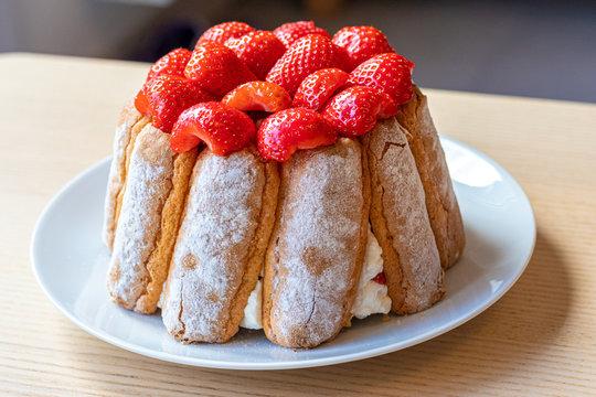 Pâtisserie charlotte aux fraises