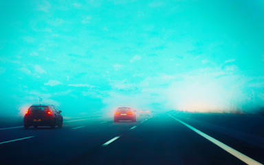 Papiers peints Vert corail Fog in road with cars in evening reflex