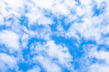błękitne niebo i białe chmury 6