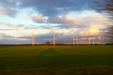 Foto auf Leinwand Golf Windmills On Field Against Sky