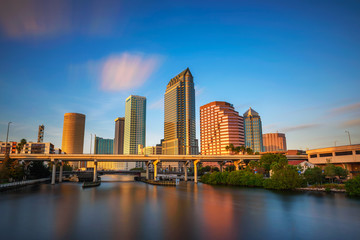 Fotomurales - Tampa skyline at sunset with Hillsborough river in the foreground