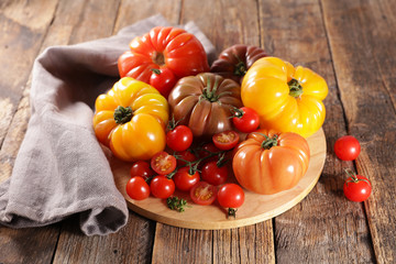 variety of colorful tomatoes on wood background Fototapete