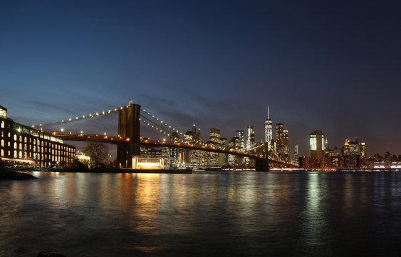 Brooklyn Bridge und Skyline New York City / Manhatten