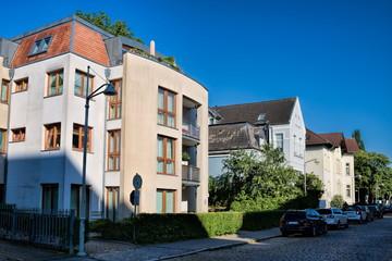 Fotomurales - rostock, deutschland - straße mit sanierten häusern