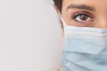 Fototapeta ritratto sterro di viso di donna con mascherina chirurgica protettiva obraz