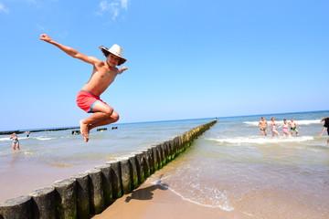 Obraz Kolonie letnie nad morzem dla dzieci i młodzieży, atrakcje turystyczne na wakacje, summer camp, young boy - fototapety do salonu