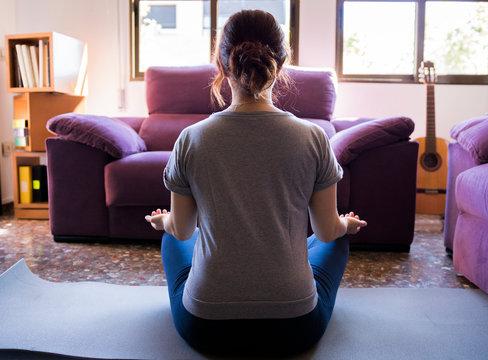 Mujer confinada meditando