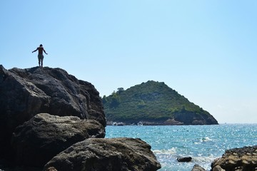 Foto auf AluDibond Himmelblau Man Standing On Cliff By Sea Against Clear Sky