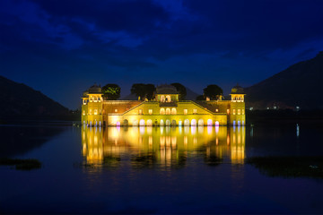 Fotomurales - Rajasthan famous tourist landmark - Jal Mahal Water Palace on Man Sagar Lake in the evening in twilight. Jaipur, Rajasthan, India