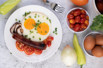 Deurstickers Gebakken Eieren Breakfast consisting of bread, fried eggs, tomatoes, Chinese sausage and mushrooms.