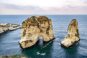 Rawsha (Raouché) Rock in the Mediterranean Sea, Beirut, Lebanon Fotobehang