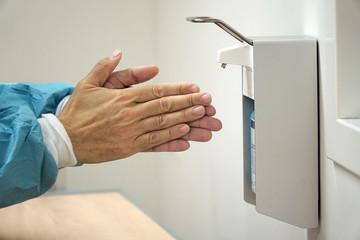 Arzt in Krankenhaus bei der Sterilisation und Händedesinfektion von Händen