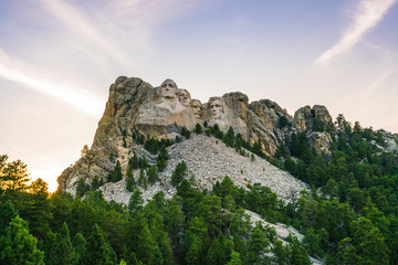 mount Rushmore national memorial on sunny day.