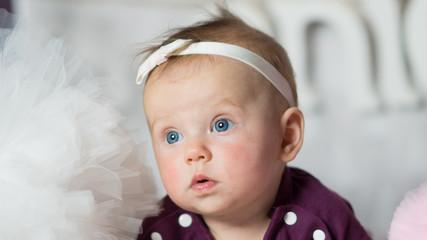 Fototapeta Patrząca w dal  się śliczna mała dziewczynka portret   obraz
