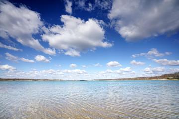Wall Mural - blauer Himmel mit weißen Wolken am See