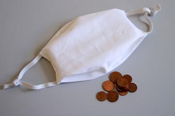 Geld und Mundmaske. Preise und Kosten für Herstellung Herstellung der Behelfsmasken in der Corona Virus Zeit.