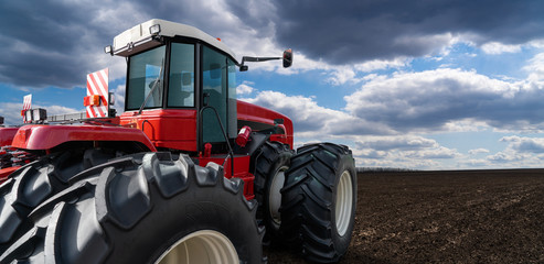 Etiqueta Engomada - Back view of tractor on a agricultural field