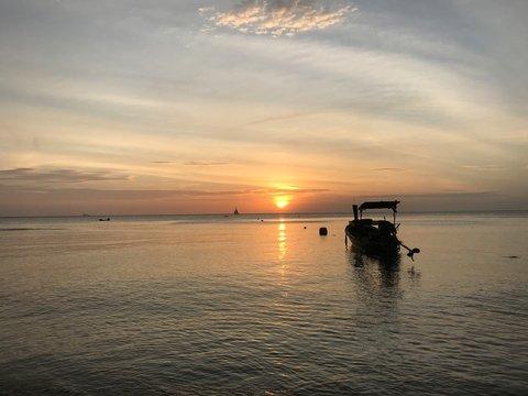 Fischerboot vor Sonnenuntergang auf Koh Lanta, Thailand