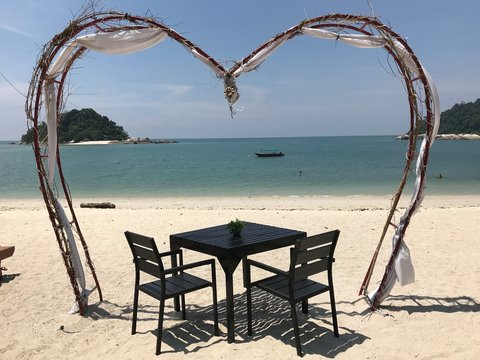 Romantisches Essen am Strand von Pulau Pangkor, Malaysia